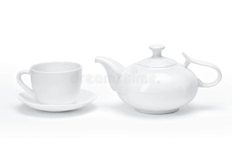 El vajilla en blanco de la porcelana de la plantilla para su diseño, la tetera de cerámica blanca y el té asaltan el fondo blanco fotografía de archivo