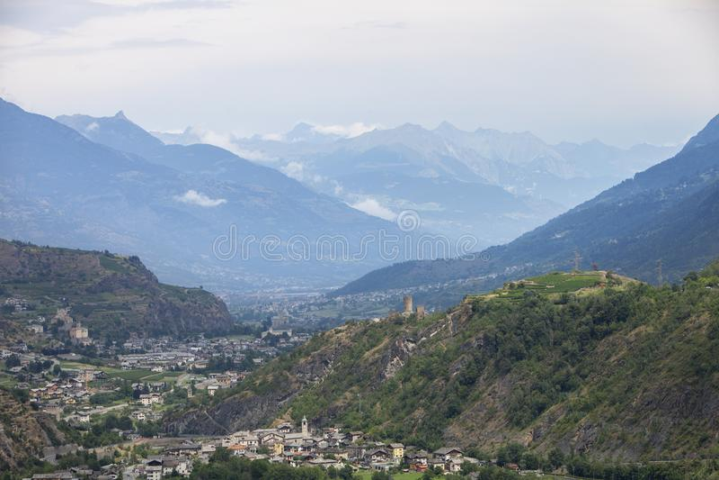 El valle con la ciudad del sierre en suizo Wallis con alta nieve capsuló las montañas fotos de archivo libres de regalías
