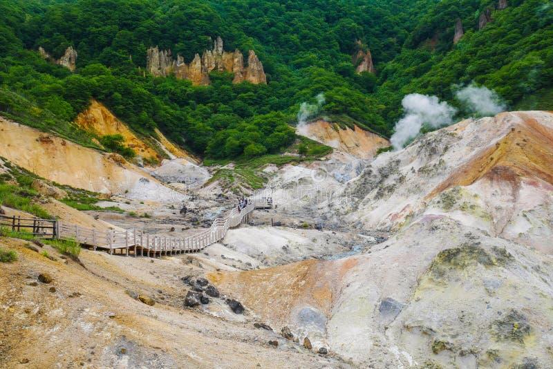 El valle de Jigokudani en Noboribetsu, Hokkaido la mayoría de las aguas termales famosas onsen el centro turístico, Japón fotografía de archivo