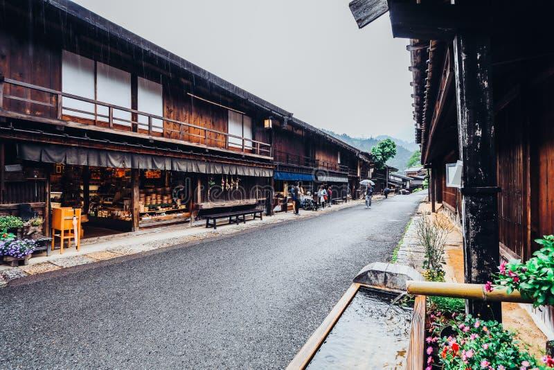 El valle de Kiso es la ciudad vieja o las casas de madera tradicionales japonesas para caminar de los viajeros fotos de archivo libres de regalías
