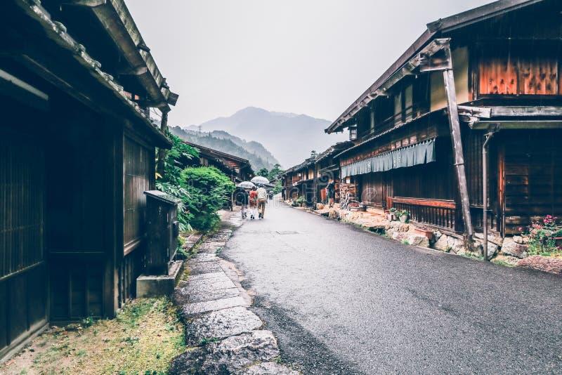 El valle de Kiso es la ciudad vieja o las casas de madera tradicionales japonesas para los viajeros que caminan en la calle vieja imagen de archivo