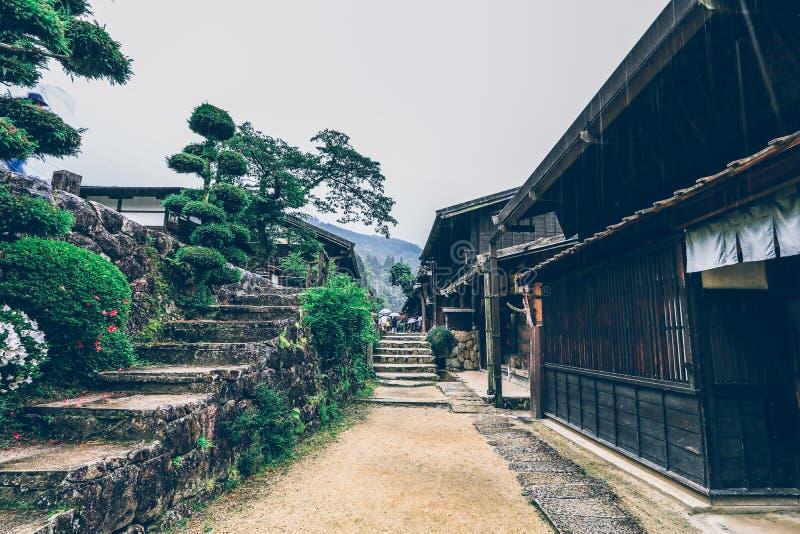 El valle de Kiso es la ciudad vieja o las casas de madera tradicionales japonesas para los viajeros que caminan en la calle vieja fotos de archivo libres de regalías