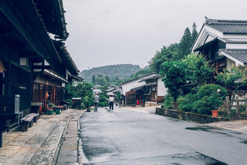 El valle de Kiso es la ciudad vieja o las casas de madera tradicionales japonesas para los viajeros que caminan en la calle vieja fotografía de archivo libre de regalías
