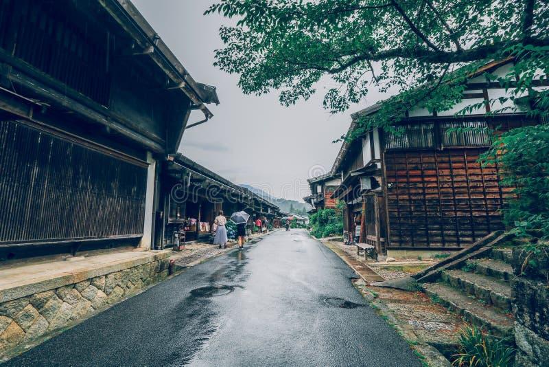 El valle de Kiso es la ciudad vieja o las casas de madera tradicionales japonesas para los viajeros que caminan en la calle vieja foto de archivo libre de regalías