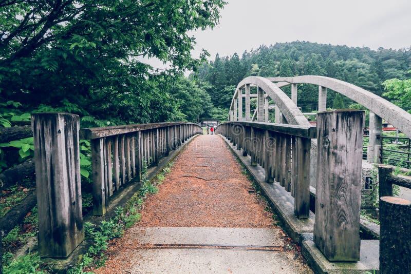 El valle de Kiso es la ciudad vieja o las casas de madera tradicionales japonesas para los viajeros que caminan en la calle vieja foto de archivo