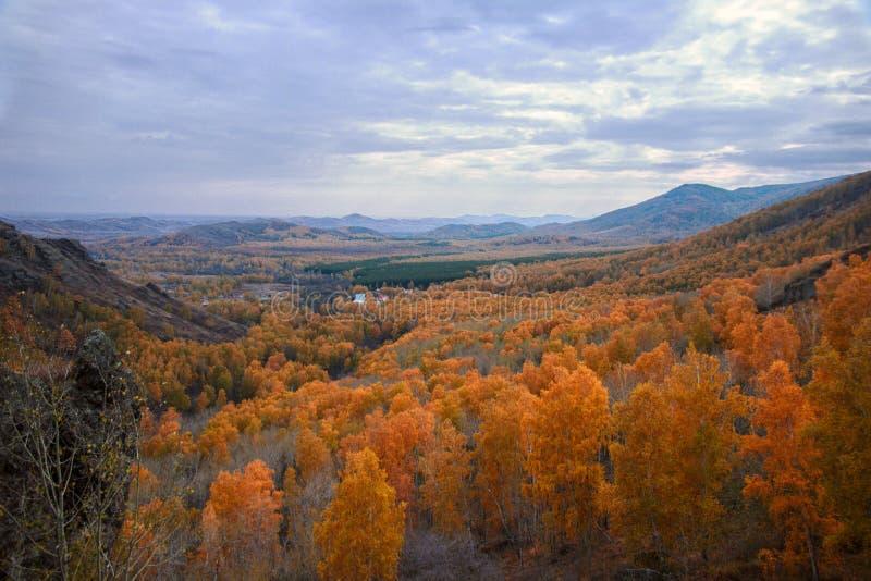 El valle de la montaña imagenes de archivo