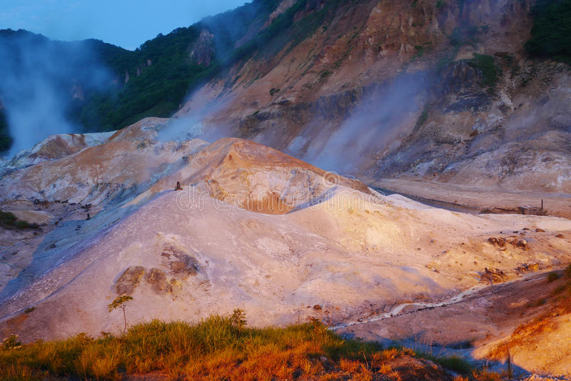 El valle del infierno de Jigokudani en Noboribetsu, aguas termales famosas de Hokkaido onsen el centro turístico en la noche, Jap fotos de archivo libres de regalías