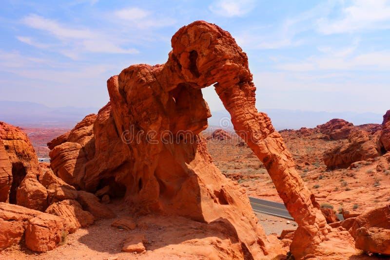 El valle del parque de estado del fuego ofrece chapiteles espectaculares de la rojo-piedra arenisca, arcos y otras formaciones de foto de archivo