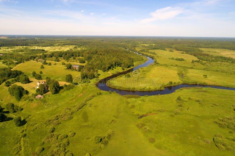 El valle del río de Sorot en la fotografía aérea de la mañana solar de junio Pushkinskie sangriento, Rusia imagenes de archivo
