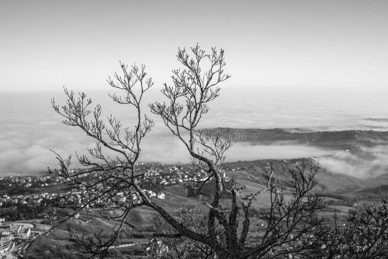 El valle y la ciudad en la niebla imagenes de archivo