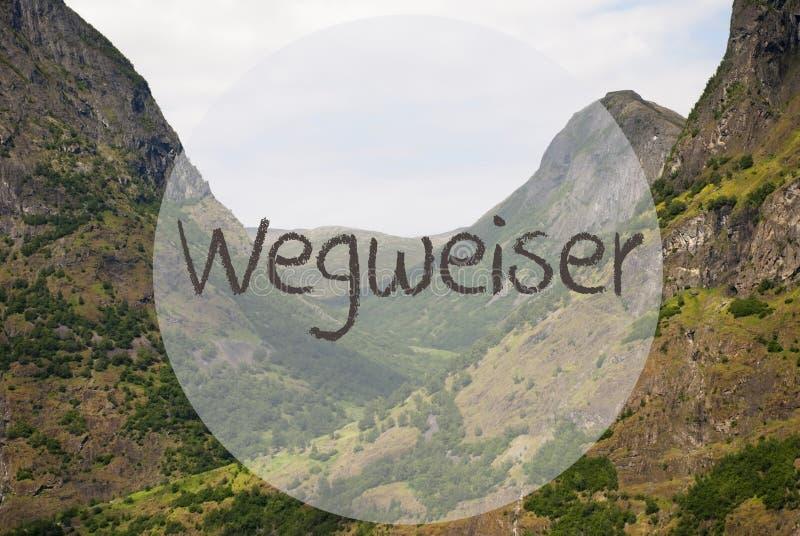 El valle y la montaña, Noruega, Wegweiser significa la dirección imagen de archivo