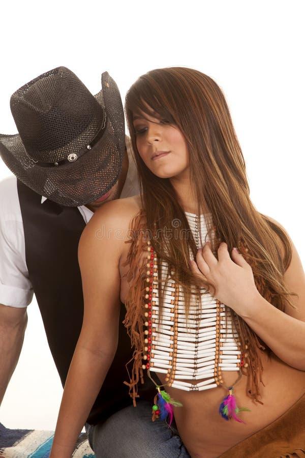 El vaquero y la mujer india sientan el hombro del beso imagen de archivo libre de regalías