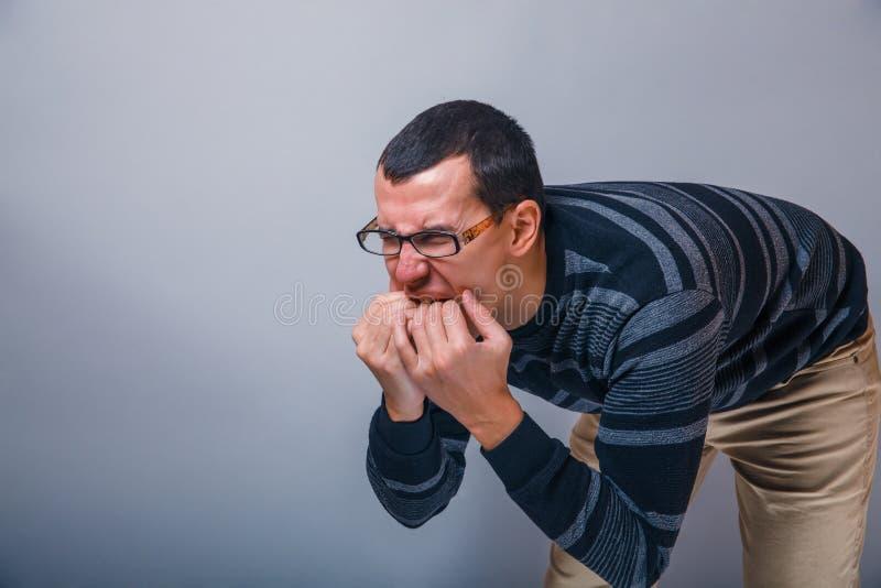El varón de la morena europea del aspecto introdujo los fingeres imágenes de archivo libres de regalías