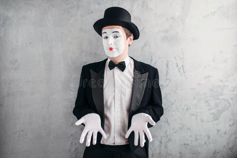 El varón divertido imita al artista con maquillaje imagen de archivo