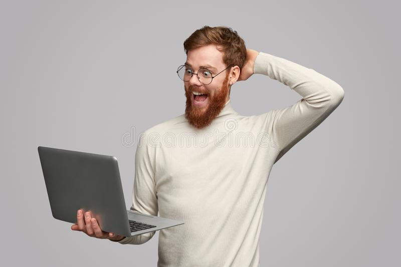 El varón emocionado notó trato asombroso en Internet foto de archivo libre de regalías