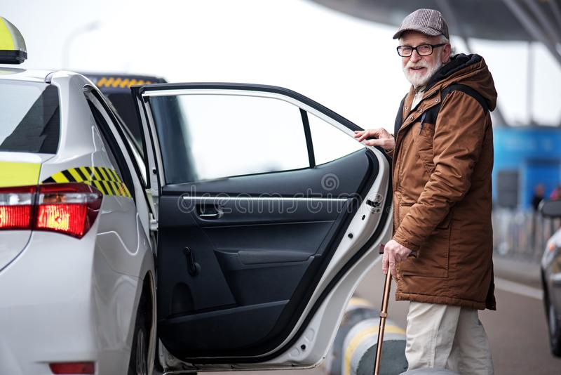 El varón envejecido alegre es auto cercano derecho fotografía de archivo libre de regalías