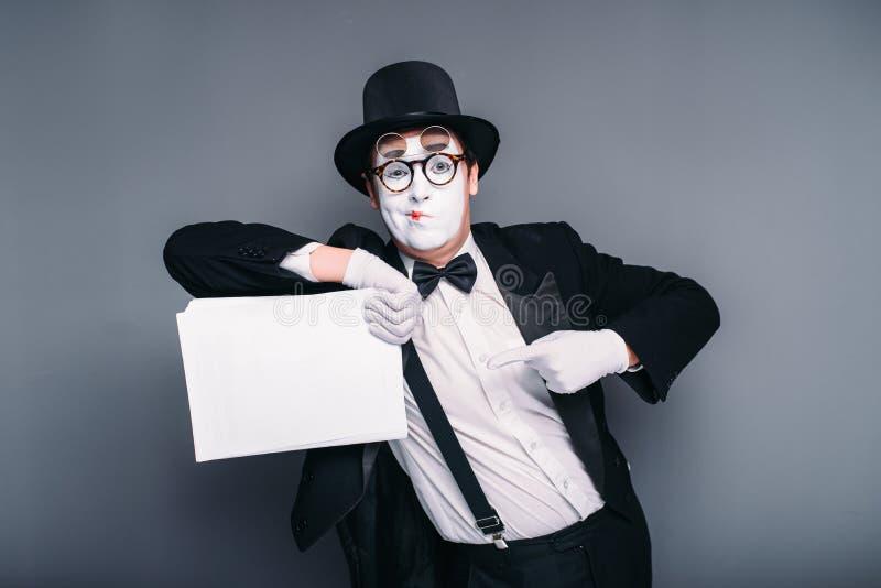 El varón imita al actor con la hoja de papel vacía fotos de archivo libres de regalías