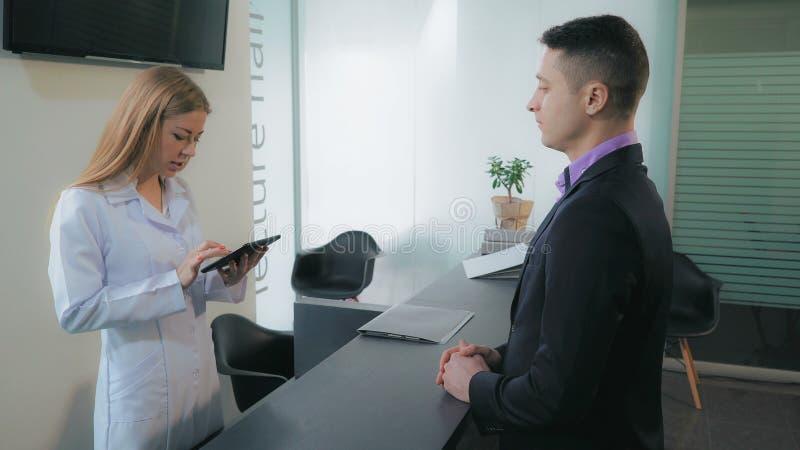 El varón viene visitar al doctor fotos de archivo libres de regalías