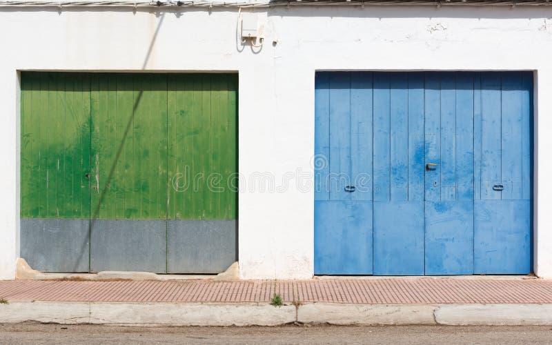 El vecino de la puerta verde es el azul imágenes de archivo libres de regalías