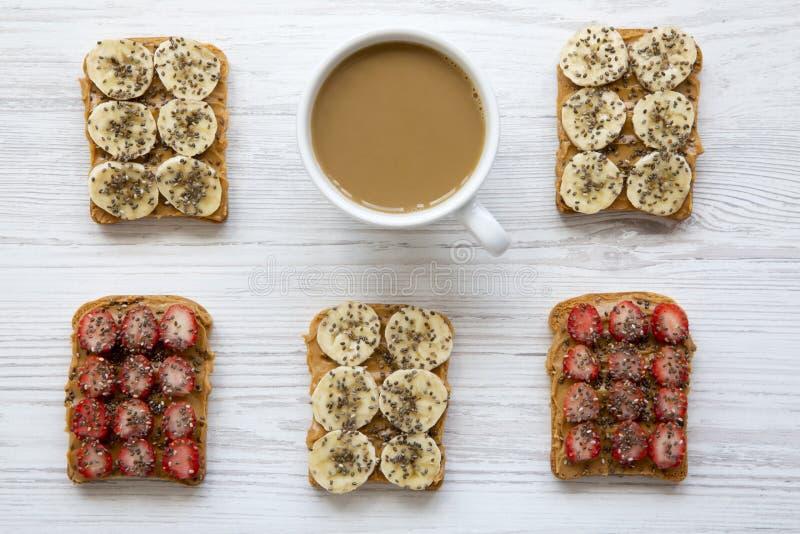 El vegano tuesta con la taza de café en el fondo de madera blanco, visión superior Concepto de dieta Desde arriba de imágenes de archivo libres de regalías