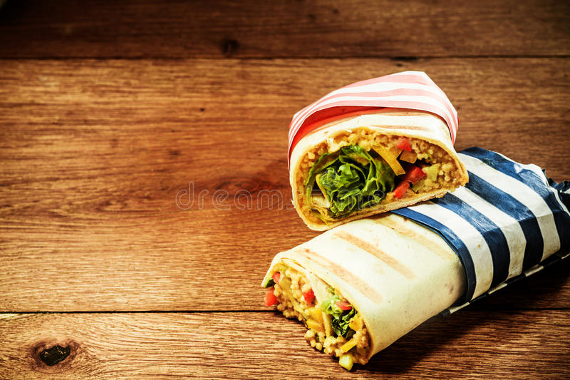 El vegetariano asó a la parrilla los abrigos del Burrito del cuscús imágenes de archivo libres de regalías