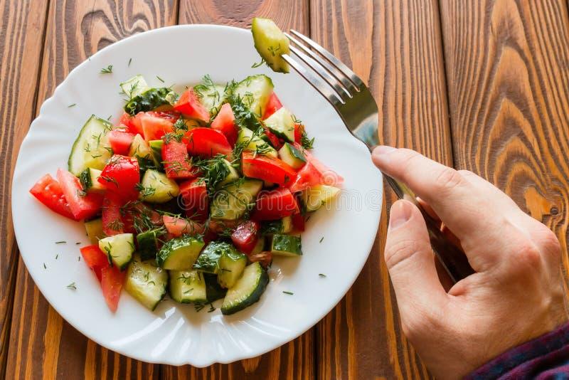 El vegetariano come la ensalada vegetal foto de archivo libre de regalías