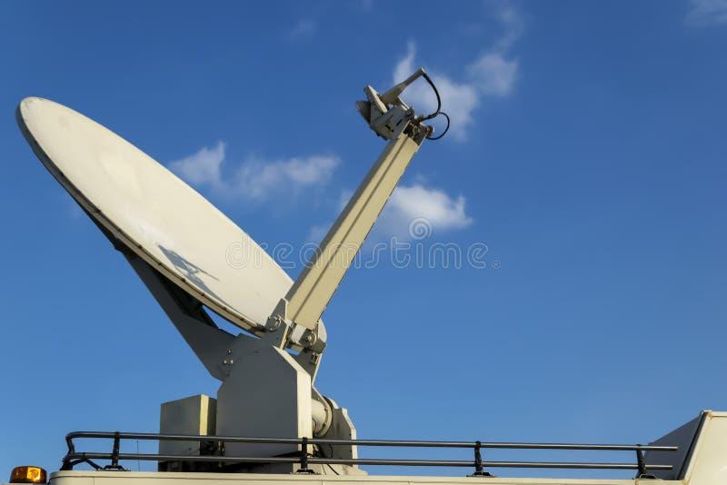 El vehículo de la difusión, furgoneta parqueada de la TV vía satélite transmite imagenes de archivo