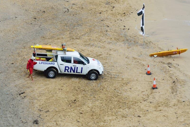 El vehículo nacional real del instituto del bote salvavidas en personas que practica surf vara fotografía de archivo libre de regalías