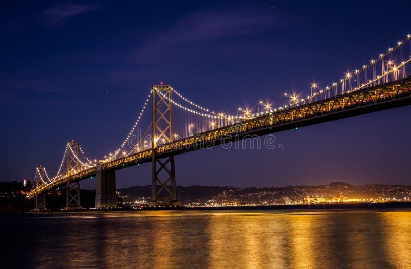 El veiw del puente de la bahía de Oakland de San Francisco en la noche fotografía de archivo libre de regalías