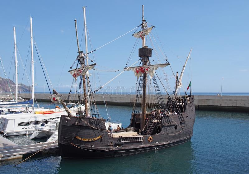 el velero de Santa Mar?a de la reproducci?n alrededor para salir del puerto de Funchal para una traves?a alrededor de Madeira foto de archivo libre de regalías