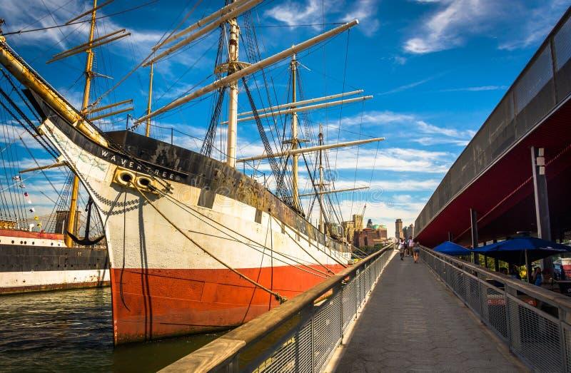 El velero de Wavertree en el puerto del sur de la calle en Manhattan, foto de archivo