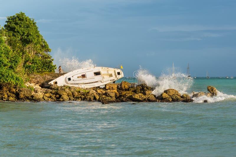 El velero es varado y dañado por el huracán - el Gosier en Gua fotografía de archivo libre de regalías