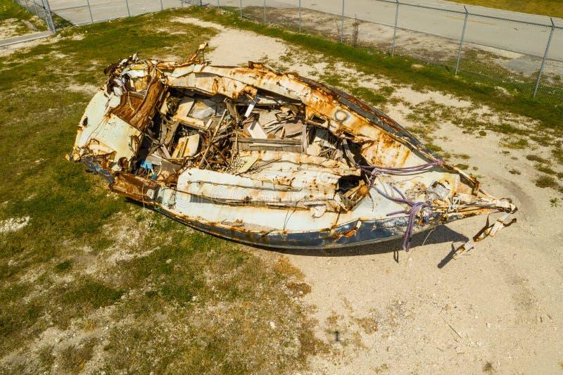 El velero lavó en tierra huracán de las consecuencias imagenes de archivo