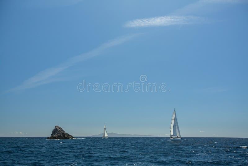 El velero navega con las velas blancas en el mar abierto Deporte imágenes de archivo libres de regalías