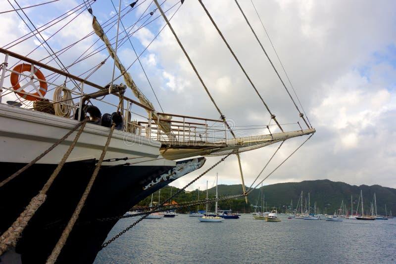 El velero nuevamente llegado tenaz en las islas de barlovento imagen de archivo libre de regalías