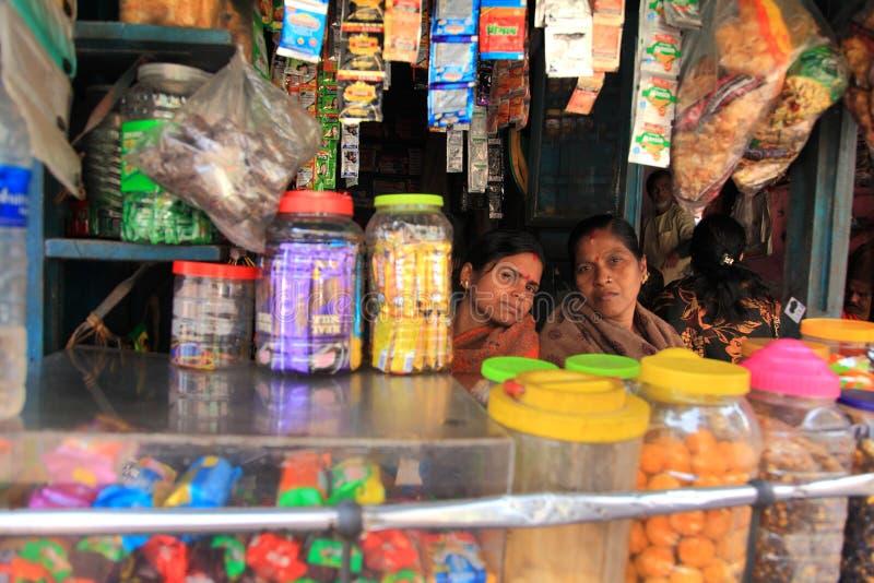 El vendedor ambulante se sienta en su pequeña tienda imágenes de archivo libres de regalías