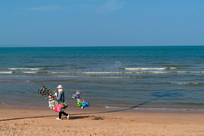 El vendedor camina en la playa de Pattaya imagenes de archivo