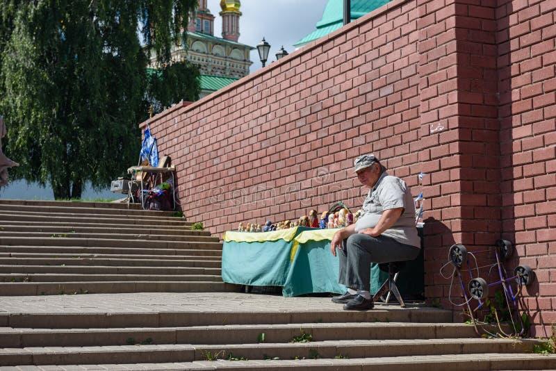 El vendedor de las muñecas rusas de la jerarquización delante del monasterio de Sergiev Posad Sergiev Posad, Rusia imagen de archivo