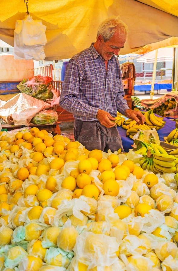 Download El Vendedor Mayor En El Mercado De Antalya Foto editorial - Imagen de asia, plátano: 100531031