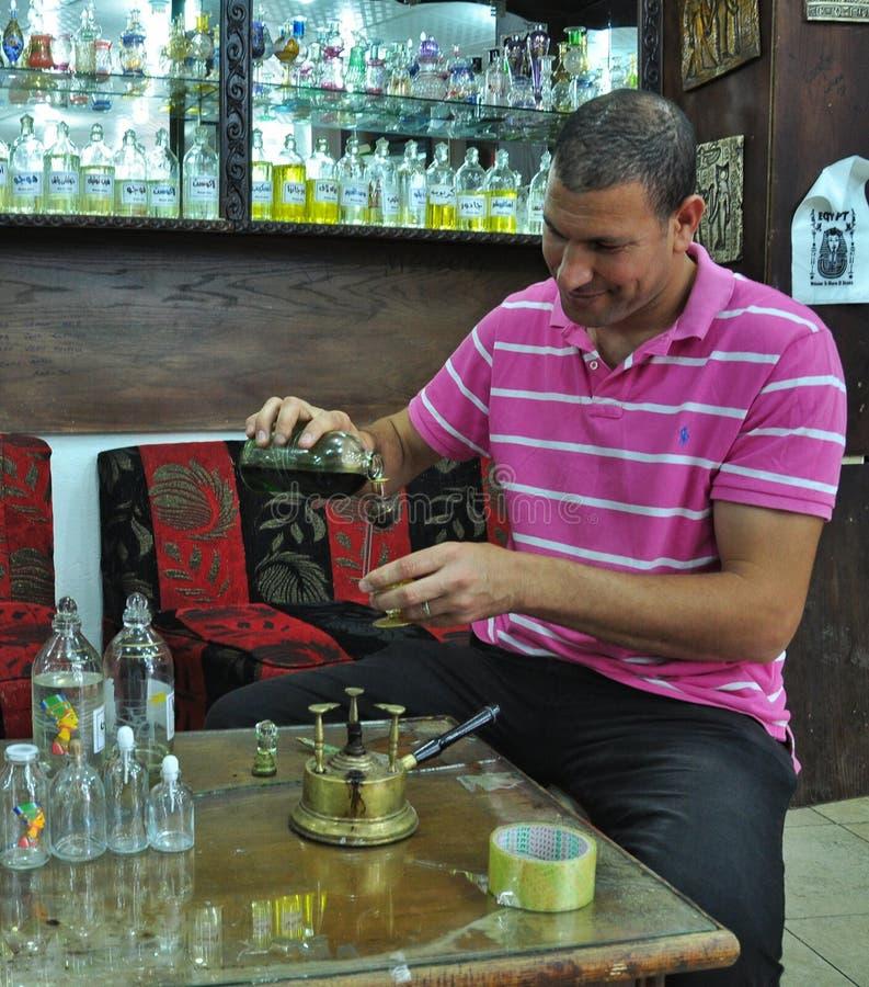 El vendedor muestra los aceites esenciales foto de archivo libre de regalías