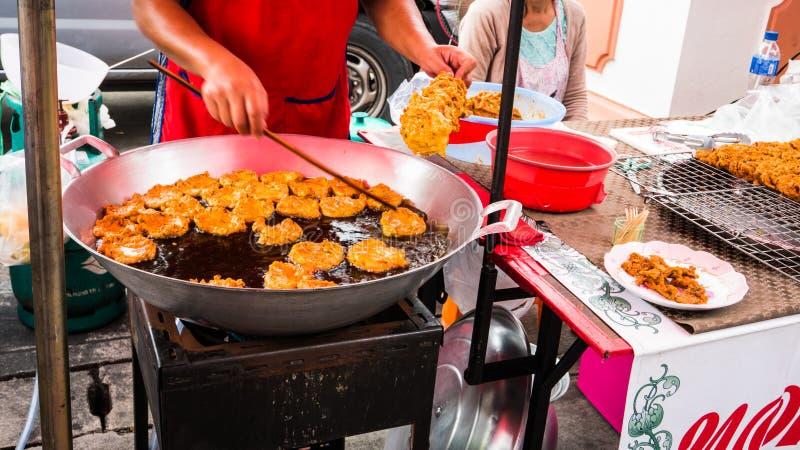 El vendedor que vendía la comida tailandesa frió el mercado local de las falsificaciones de los pescados en el templo foto de archivo libre de regalías