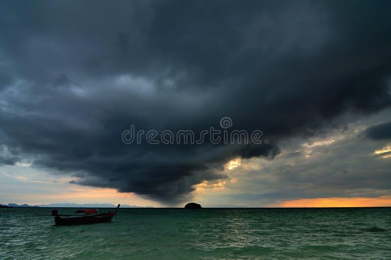 El venir de la tormenta de la lluvia fotografía de archivo libre de regalías