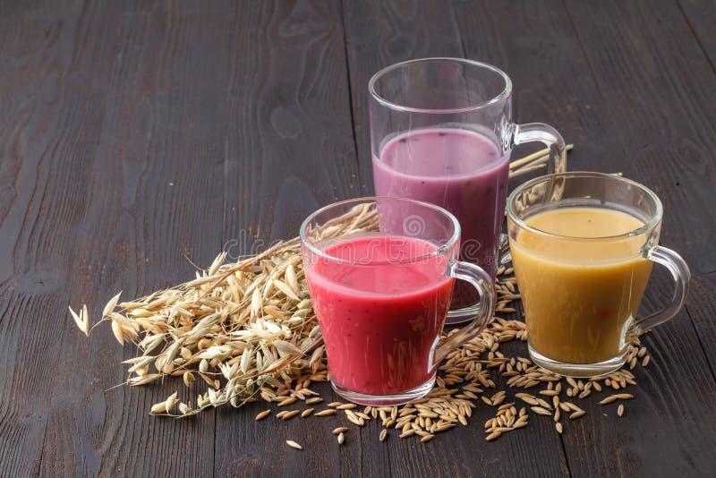 El verano antioxidante hecho en casa da fruto smoothie con la avena en rústico fotografía de archivo libre de regalías