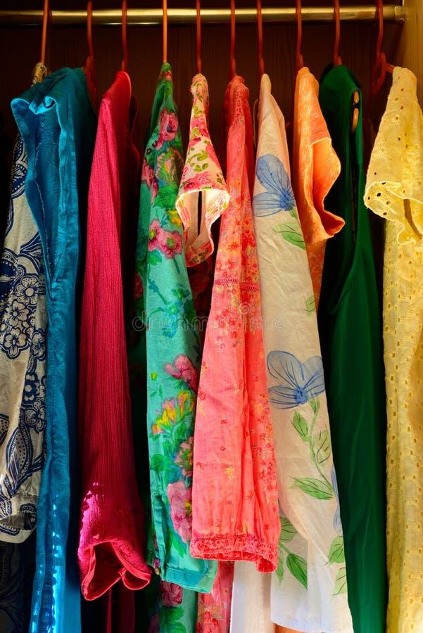 El verano colorido equipa la ejecución en un armario imagen de archivo libre de regalías