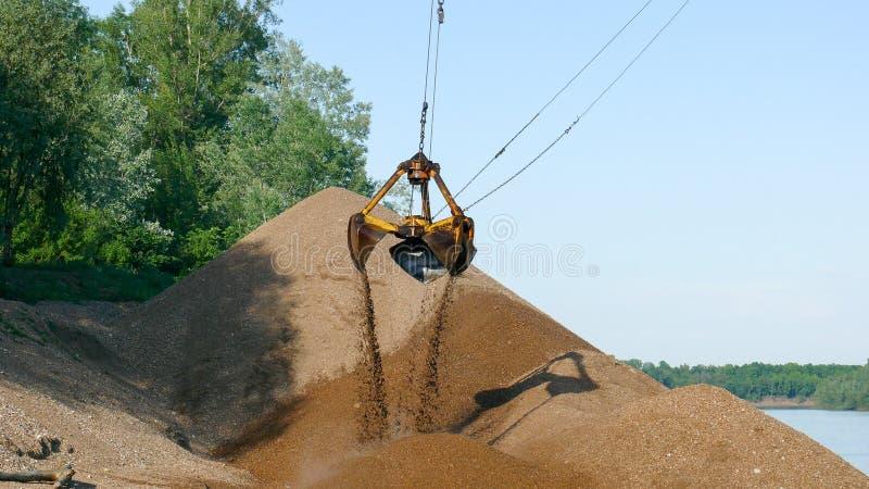 El verano del excavador de grúa de la arena trabaja la construcción de la gabarra imagen de archivo