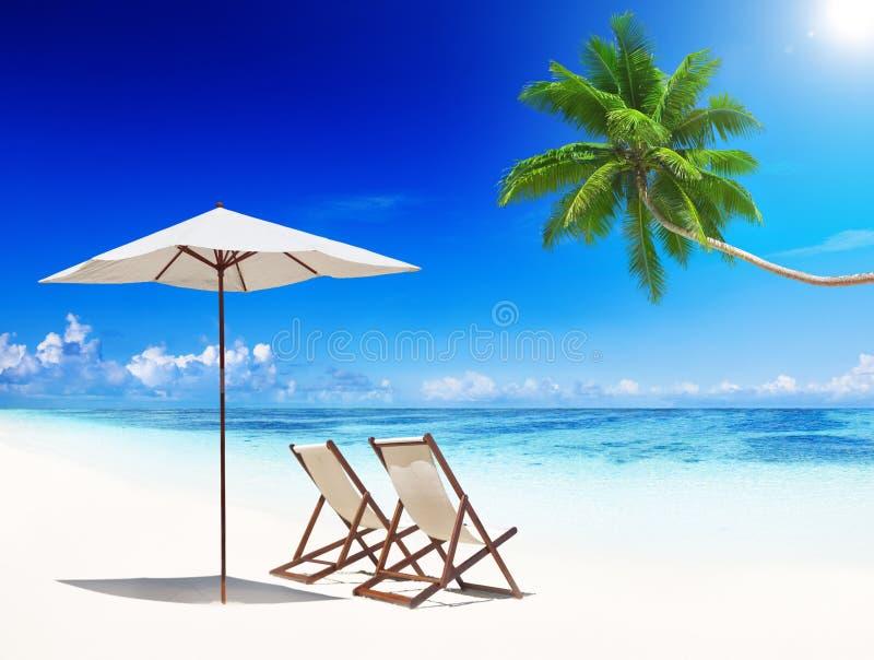 El verano tropical de la playa de las sillas de cubierta relaja concepto de las vacaciones imagen de archivo