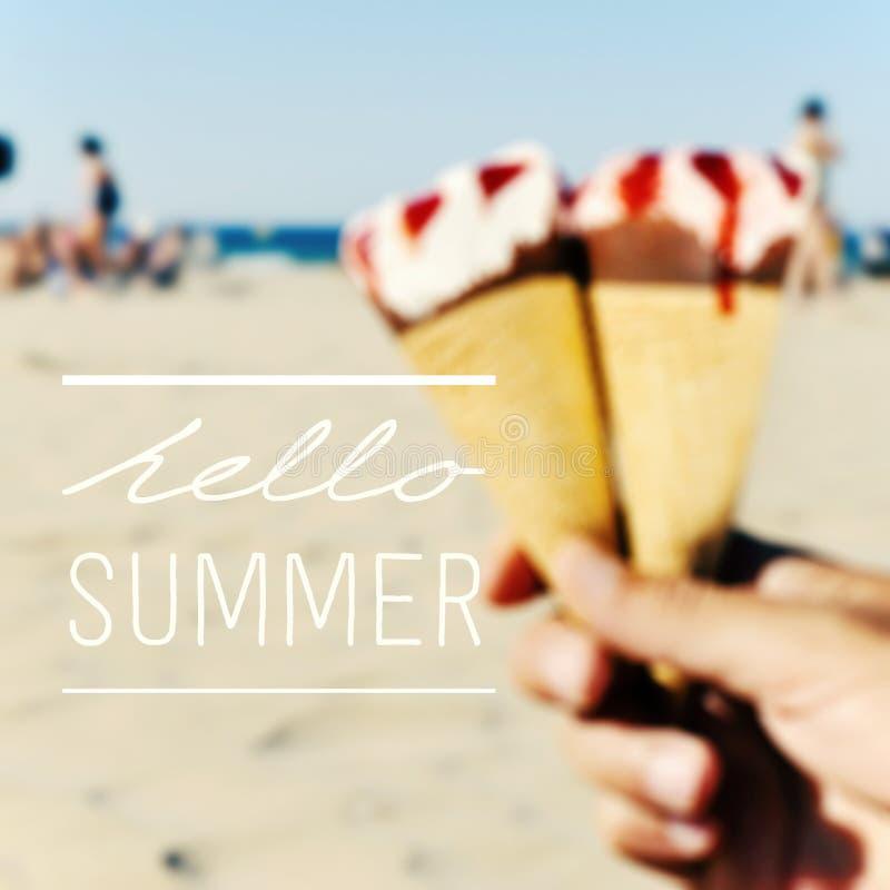 El verano y el texto hola helado en la playa imágenes de archivo libres de regalías