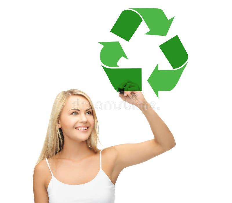 El verde de dibujo de la mujer feliz recicla símbolo fotografía de archivo
