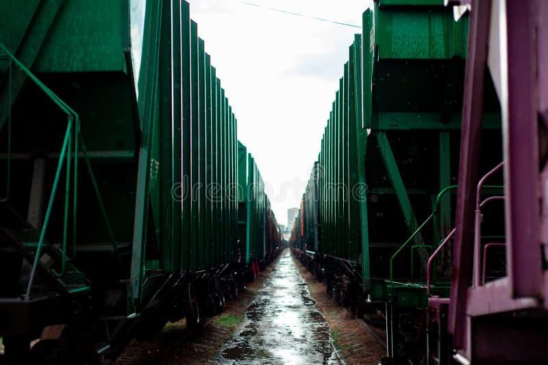 El verde del carro del tren paró maravillosamente dos carros imagen de archivo