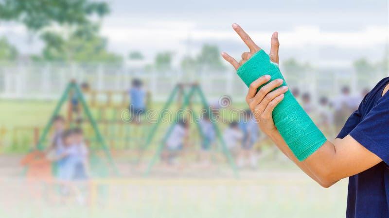 el verde echó a mano y arma en jugar borroso del estudiante del fondo foto de archivo
